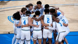 UCLA se lleva el duelo de históricos en una primera noche de grandes emociones.